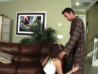 의붓 딸은 굴욕적인 처벌에 복종한다.