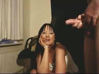 예쁜 여자가 그 남자를 감시한다.
