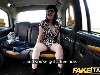 가짜 택시 페니스 배고픈 아가씨는 그것을 전부 가지고가는 것을 사랑한다
