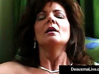흡연 뜨거운 cougar deauxma 시가와 그녀의 성기와 엉덩이를 당한다.