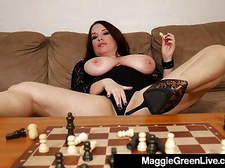 그녀가 잃기 때문에 뜨거운 새끼 매기 녹색은 체스 조각을 앞다.