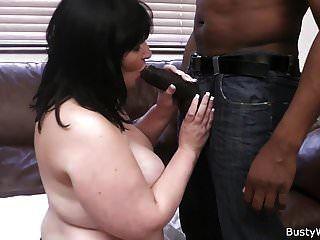 일하는 여자는 거대한 검은 고기를 먹는다.