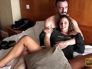 귀여운 사춘기 amirah adara는 더 오래된 녀석과 거친 섹스를 즐긴다.
