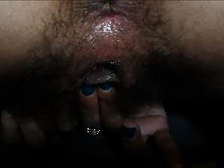 오르가즘까지 그녀의 clit 문질러