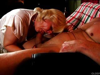 귀엽고 귀엽게 오래되었던 스펀 커는 그런 뜨거운 섹스와 정액 사랑한다.