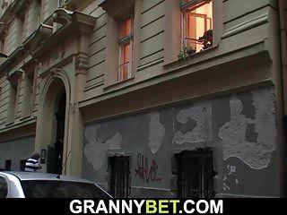 젊은 친구가 60 세 할머니를 강타합니다.