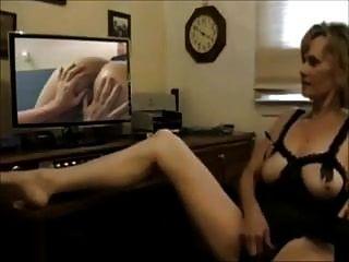 성숙한 아내는 레즈비언 포르노를 보면서 자위한다.