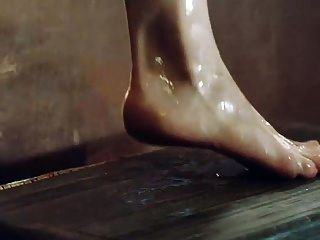 에밀리아 클라크, 욕조에서 나오는 가슴과 엉덩이 보여주기.
