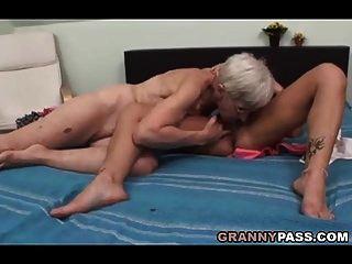 털이 많은 할머니는 레즈비언 섹스를 시도합니다.