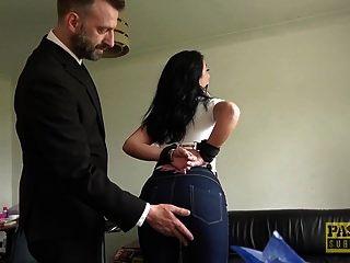 아가씨는 파스칼로 엉덩이에 두들겨 맞았다.
