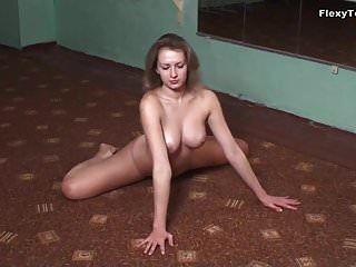 몸집이 작은 체조 선수 luganskaja는 그녀의 큰 가슴을 보여줍니다