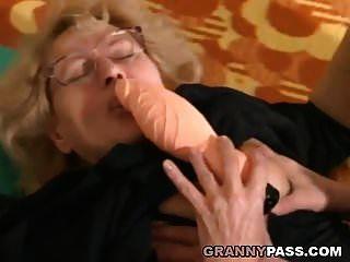 근육질의 젊은 남자가 뚱뚱한 할머니를 엿먹 였어.
