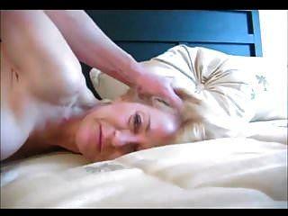 항문 섹스를하는 아름다운 금발 할머니