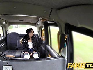 가짜 택시 무릎 높은 양말 아름다움과 함께 그것을 걸립니다