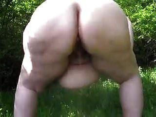 큰 배꼽과 큰 엉덩이 bbw 떨고 삐 야외 않습니다 1