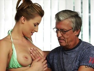 아빠. 수영장 후에 그녀의 아버지와 가진 성관계