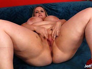 금발의 plumper는 엿되기 전에 그녀의 음부를 문지른다.