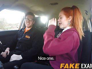 그녀의 운전 면허 시험에서 검사 된 젊은 빨간 머리 창녀