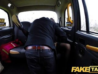 가짜 택시 몸집이 작은 영국 minx은 항문 부티크 콜을 택시로 좋아합니다.