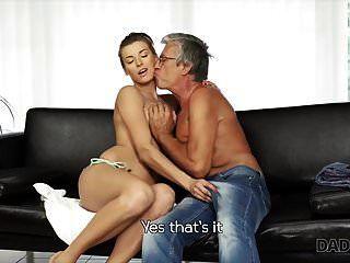 아빠. 남자 친구 d와 수영장 근처에서 열정적 인 섹스