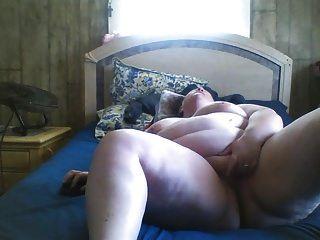 bbw는 침대에서 그녀의 음부를 문지른다.