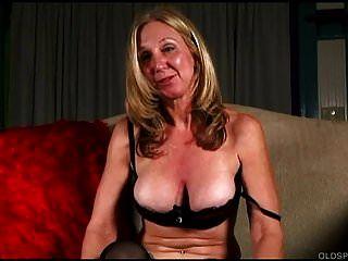 스타킹에 끈적 끈적한 오래된 스펀지는 그녀의 육즙이 많은 음부를 섹스하는 것을 좋아합니다.