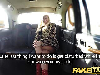 가짜 택시 금발의 섹시한 폭탄은 뒷자리의 항문 섹스를하지 않습니다.