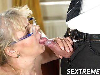음란 된 젊은 남자가 통통한 성숙한 여자와 함께가는 길을 가지고있다.