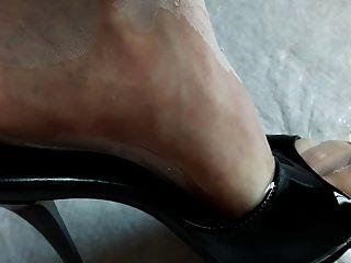 나일론과 발 뒤꿈치에 피트는 소변에 적셨다.