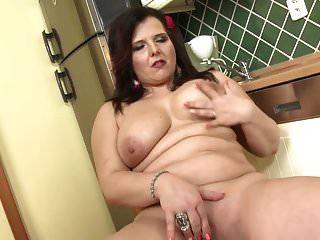 큰 가슴과 큰 엉덩이를 가진 완벽한 어머니