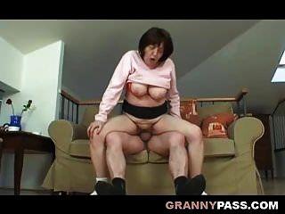 거대한 뚱뚱한 할머니는 할아버지와 섹스를했습니다.