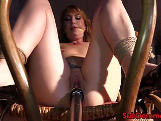 bdsm sub rocks chair를 (를) 섹스 둔화로 바라보기