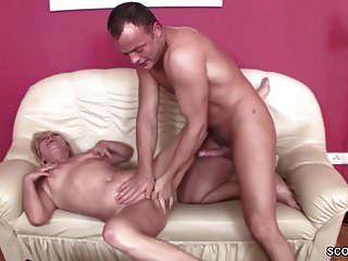 어린 소년은 63 세의 할머니를 유혹하여 섹스를한다.