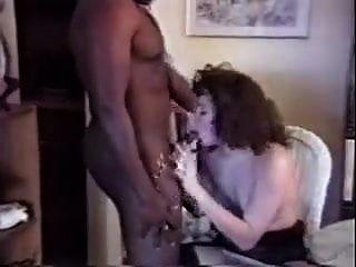 그들은 흑인 놈을 집에 초대하여 아내를 성교 시켰습니다.