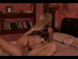 성숙한 부동산 중개인은 집을 팔고 그녀의 엉덩이를 준다.