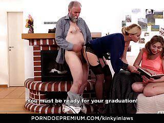 변태 inlaws 늙은이는 milf와 의붓 딸을 성교한다.