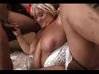 큰 엉덩이와 가슴을 가진 멋진 bbw 할머니