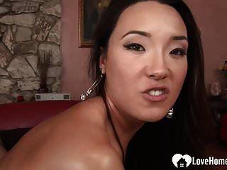그녀의 단단한 아시아 음모는 훌륭한 주스 추출기입니다 .mp4
