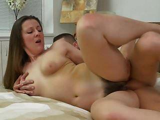 털이 많은 성숙한 엄마가 어린 운이 좋은 아들을 유혹합니다.