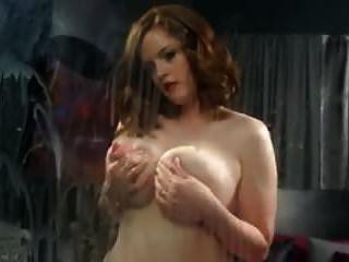 그녀의 큰 유방에서 유리에 우유를 뿌린다.
