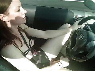 숙련 된 여자 친구가 운전하면서 자위하고있다.