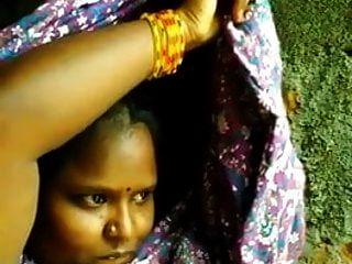 남쪽 indian tamil 소녀는 bf를위한 가슴 셀프를 보여준다