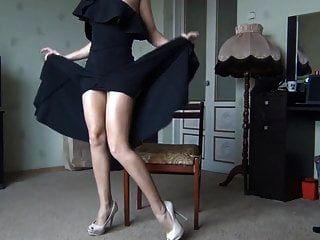 다리와 걔 집 애를 보여주는 검은 드레스에 섹시한 아가씨
