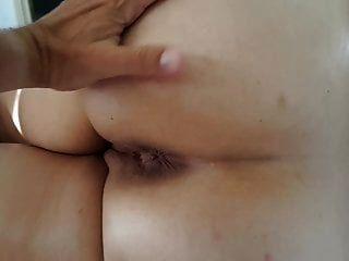 엉덩이 구멍을 가진 아침 엉덩이 마사지를하는 나의 아내는 닫힌다