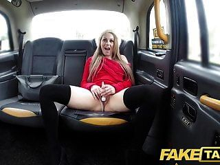 가짜 택시 몸집이 작은 금발은 뒤쪽에 딜도와 거시기가 걸립니다