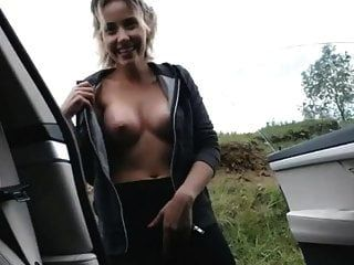 귀여운 blondie는 차와 squirting의 외부에서 자위하고있다