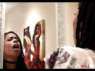 뜨거운 흑인 아내 키라 누아르는 남편이 화장실에 사기꾼