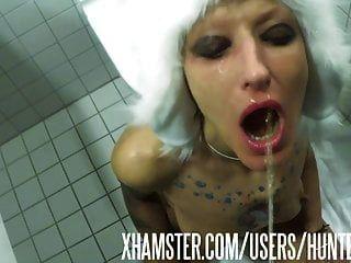 화장실 창녀 vilja 그녀의 입가에 오줌의 짐을 가져옵니다.