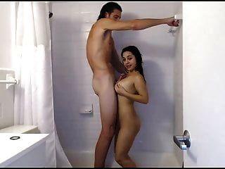 샤워에서 슈퍼 키가 녀석과 작은 소녀 씨발