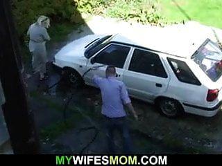 법의 아들이 그녀의 늙은 여자를 강타합니다.